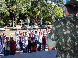Dispensados do Serviço Militar prestam juramento à Bandeira.