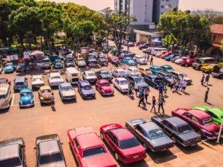 5º Encontro de Carros Antigos foi a atração de domingo na praça.