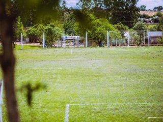 Secretaria de Obras e Departamento de Esportes promovem reparos no Campo Municipal de Futebol Sete.