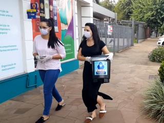SAÚDE I Lixeiras para descarte de máscaras, luvas e demais EPIs são distribuídas às farmácias em Espumoso