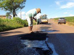 OBRAS I Secretaria de Obras de Espumoso faz tapa-buracos na VRS817 e ruas do município
