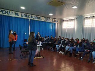 Profissionais da saúde realizaram atividades com alunos da Escola João Batista Rotta